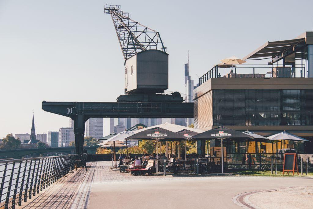 Restaurant am Main in Frankfurt mit Blick auf die Skyline