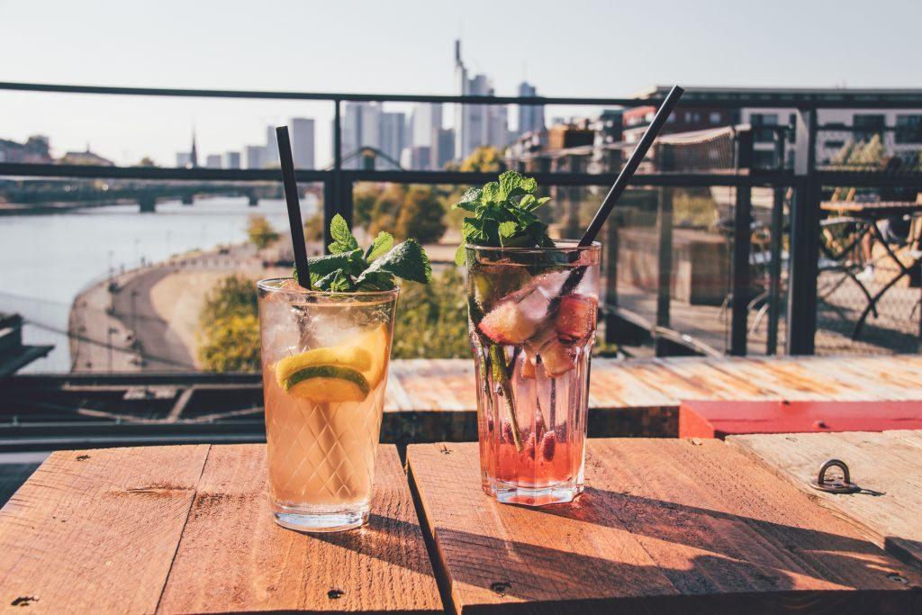 Cocktails in Frankfurt mit Aussicht auf die Skyline