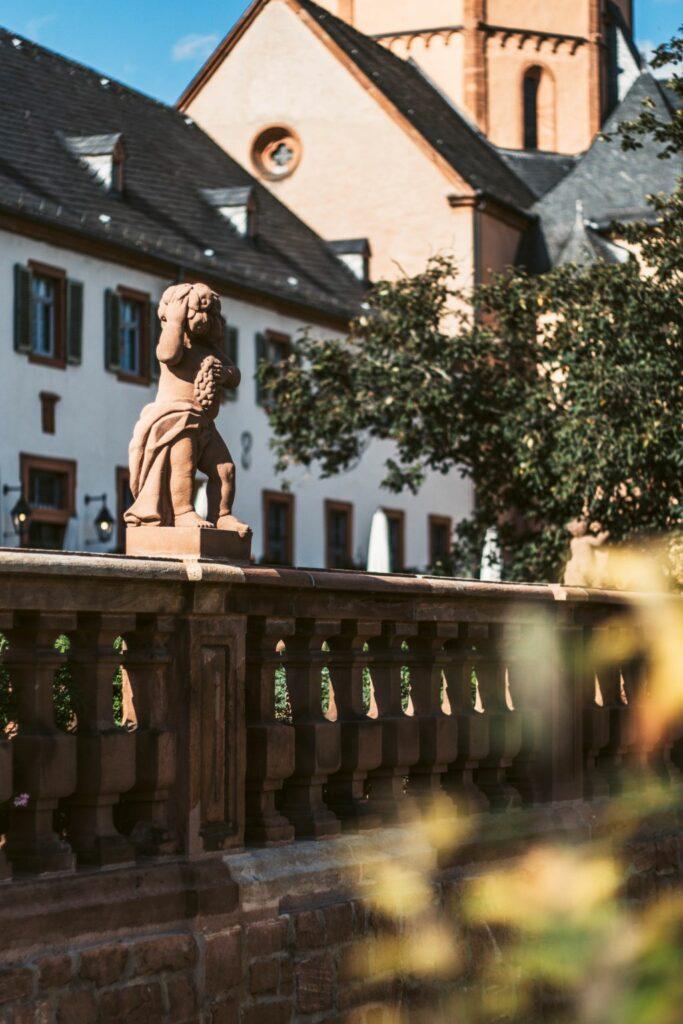 Der malerische Klostergarten mit Café