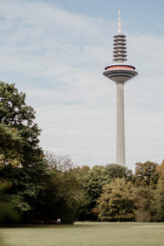 Grüneburgpark mit Fernsehturm in Frankfurt am Main